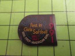210a Pin's Pins / Beau Et Rare : Thème SPORTS : FILLES  QUI N'AIMENT PAS LA BASE .... SOFTBALL BOBBY SOX - Baseball
