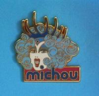 1 PIN'S  //  ** CABARET MICHOU / SPECTACLE D'ARTISTES TRANSFORMISTES / PARIS \ MONTMARTRE ** . (Plessis Art) - Celebrities