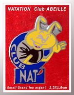 SUPER PIN'S ABEILLE-NATATION : Club NAT' En Bel émail Grand Feu Base ARGENT, Visuel ABEILLE, Format 2,2X1,8cm - Swimming