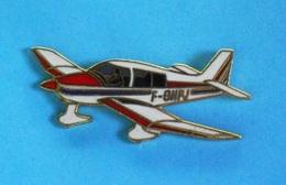 1 PIN'S //  ** AVION MONOMOTEUR DE TOURISME / ROBIN DR400  ** . (© TABLO) - Airplanes
