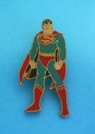 1 PIN'S  //    ** SUPERMAN  / CLARK  JOSEPH  KENT // NÉ SUR KRYPTON / NOMMÉ KAL-EL ** - Comics