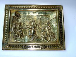TABLEAU EN LAITON REPOUSSÉ SCENE TOUT A LA JOIE SIGNE RAPHAEL  XIXè BE PROPRE - Sculptures