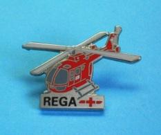 1 PIN'S // ** REGA+ / HÉLICOPTÈRE MBB BO-105C / GARDE AÉRIENNE SUISSE ** - Avions