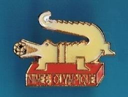 PIN'S  //    ** NIMES OLYMPIQUE / N.O / LE CROCODILE ** - Football
