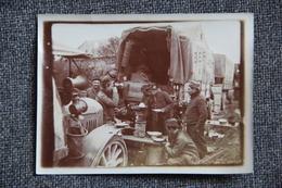 Superbe Photo De Militaires Durant La Guerre 1914 /18 ,déjeunant à VERT GALANT Près D'AMIENS. - Guerre, Militaire