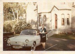 PHoto Joli Véhicule Immatriculé Au Québec Avec Sa Belle Conductrice Devant Une Maison à Montréal Canada En 1960 61 - Cars