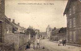 Cp Nouvion Et Catillon Aisne, Rue De L'Eglise, Straßenpartie, Kinder, Kirche - France