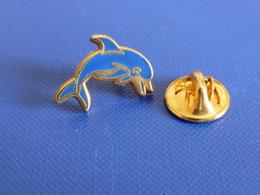 Pin's Dauphin - Affichage - Arthus Bertrand Au Dos: AB - Zamac (SC6) - Animali