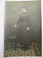 A IDENTIFIER - Carte-Photo Femme En Uniforme ?  Voir Sur Bonnet : TA Et Feuilles De Laurier ?  BE - Postcards