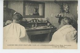 GUERRE 1914-18 - CANTINE DES DEUX DRAPEAUX POUR LES PERMISSIONNAIRES (CROIX ROUGE AMERICAINE) - Le Salon De Coiffure - Guerre 1914-18