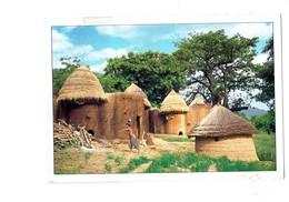 Cpm - Bénin - Habitation Hutte Toit Paille - Femme Seins Nus - - Benin