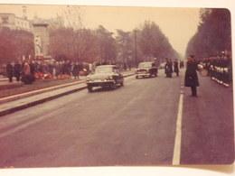Photographie D'un Citroen DC Et D'une Peugeot 404. Défilé Officiel. - Automobiles