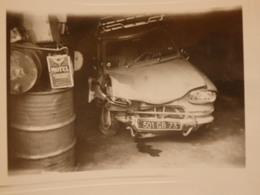 Photographie D'un Voiture Accidenté Ami 6 Ou Diane 3 Immatriculé En Savoie Et Publicité Motul. - Automobiles