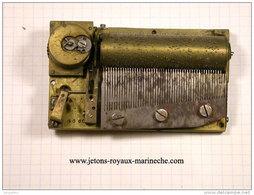 Mécanisme De Boite A Musique Très Ancien 89x52,ep20mm Remontage Avec Clef A Carré, Fonctionne. Vendu Sans Garantie. - Jewels & Clocks