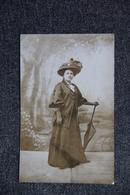 Femme élégante, Chapeau Et Ombrelle - Femmes