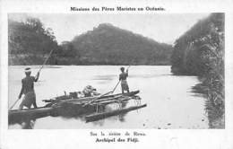 Océanie. Fidji.  Pirogue Sur La Rivière De Rewa .  Mission Des Pères Maristes       (voir Scan) - Fidji