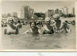 GROUP GRUPO FAMILIA FAMILY SWIMSUITS MAILLOTS MAR DEL PLATA ARGENTINA PHOTO FOTO SEGA CIRCA 1960 SIZE 10X15cm- LILHU - Anonymous Persons
