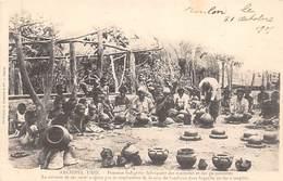 Océanie. Fidji.    Femmes Fabriquant Des Marmites Et Des Gargoulettes    (voir Scan) - Fidji