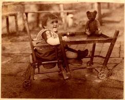 Photo Originale Jeu & Jouet, Fillette & Son Ours En Peluche Sur Sa Chaise Haute Pliée Ou Dépliée En Table De Jeu Vs 1930 - Objects