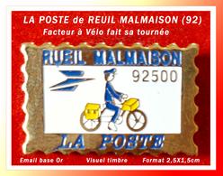 SUPER PIN'S POSTES : FACTEUR à VELO Pour La POSTE De REUIL De MALMAISON (Ile De France) émail Base Or, 2,5X1,5cm - Mail Services