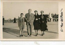 GROUP GRUPO FAMILIA FAMILY BOY NIÑO CITY MAR DEL PLATA ARGENTINA PHOTO FOTO MANDRI YEAR 1951 SIZE 9X14cm LILHU - Anonymous Persons