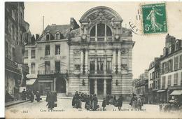 35  Fougeres Le Theatre Et La Place Tres    Animée - Fougeres