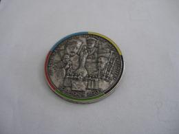 Broche Pelerinage Militaire International De LOURDES 2005 (ce N'est Pas Un Pin's) - Army