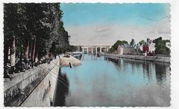 (RECTO / VERSO) LAVAL EN 1952 - LES BORDS DE LA MAYENNE ET LE VIADUC AVEC PECHEURS - FORMAT CPA VOYAGEE - Laval