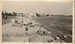 Photo 110 Mm X 65 Mm - 1952 - Saint-Raphael 06 - Vue Sur La Plage - Scan R/V - Lieux