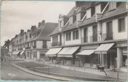 CPSM:  YVETOT  (Dpt.76):  Le Mail.  (pharmacie THIERRY Et Droguerie Maison LE GOUPIL)  (photo Véritable)  (E952) - Yvetot