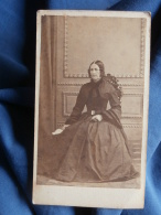 Photo CDV E. Oulif à Metz - Noblesse, Second Empire,  Femme Assise  Circa 1860 L396A - Photos