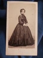 Photo CDV Bernier à Brest  Femme Portant Une Belle Robe En Soie  Coiffe  Sec. Empire - CA 1860 - L395A - Fotos