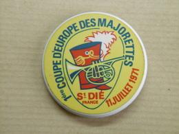 SAINT DIE Majorettes 1° Coupe D'Europe Juillet 1971 - Autocollant Sur Badge Loisirs Et Ville 88 VOSGES - Stickers