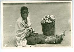 CP Ruanda Vendeuse De Pommes De Terre Photogr. Zagourski 1935? L'Afrique Qui Disparait 2ème Série 124 - Ruanda-Urundi