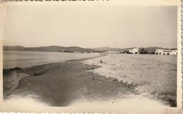 Photo 110 Mm X 65 Mm - 1952 - Vue Sur La Plage De Fréjus 83  - Scan R/V - Lieux