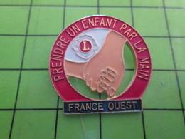 1018B Pin's Pins / Rare Et De Belle Qualité / THEME ASSOCIATIONS : LION'S CLUB FRANCE OUEST PRENDRE UN ENFANT PAR LA MAI - Associations