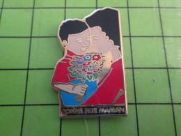 1018B Pin's Pins / Rare Et De Belle Qualité / THEME AUTRES : MERE ET ENFANT AVEC BOUQUET BONNE FETE MAMAN - Associations