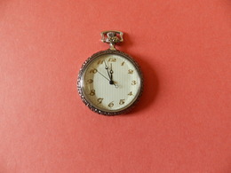 Montre Gousset Dame Quartz Argenté - Fond Ligné - Bord Ciselé - Verso Quadrillé - Horloge: Zakhorloge