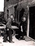 Photo Originale Couple De Vieux De Retour à La Maison En 1944 - Personnes Anonymes