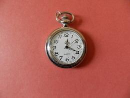 Montre Gousset Argentée - Quartz - Verso Ciselé Volutes Et Fleurs - Horloge: Zakhorloge