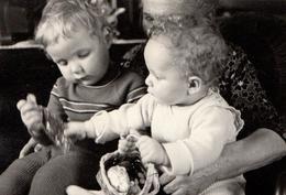 Photo Originale De Jeunes Enfants Sur Les Genoux De Leur Vieille Grand-Mère Après La Chasse Aux Oeufs De Pâques 1959 - Personnes Anonymes