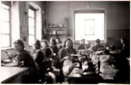 Photo Originale Ambiance Atelier De Couturières En Plein Travail - Machines à Coudre Et Pile De Linge Vers 1930/40 - Professions