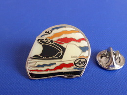Pin's Casque Coureur Moto - Grand Prix - Yamaha - Arai (JF17) - Motorbikes
