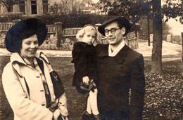 Photo Originale Fillette Et Ses Jeunes Parents Au Parc En 1951 - Nom & Légende Dos - Personnes Anonymes