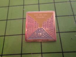 1018c Pin's Pins / Rare Et De Belle Qualité / THEME VILLES : PROVINS SA RUE DU VAL - Cities