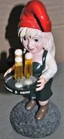 Très Rare Petit Gnome En Résine Publicitaire Portant Plateau De Bière Karlsberg Urpils 26 Cm - Bière