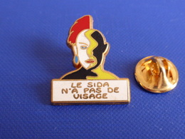 Pin's Le Sida N'a Pas De Visage - CPAM 93 - Zamac Decat (MA64) - Medical
