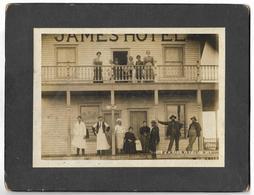 Personnes Devant La Devanture De JAMES HOTEL - Photographe JH Gang VERMILION - Ohne Zuordnung