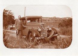 Photo 9 X 6.5 Cms. Homme A Coté De Sa Voiture Peugeot 201 Immatriculée 8632 YU 2. - Automobile