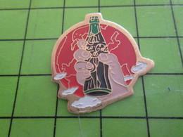 1018c Pin's Pins / Rare Et De Belle Qualité / THEME COCA-COLA : MAIN TENANT UNE BOUTEILLE ET DOMINANT LE MONDE - Coca-Cola